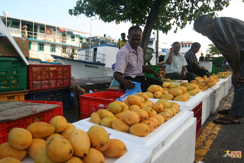 Maldivian mangoes for sale on the street