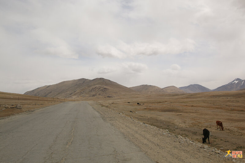 Ascending to the first pass on the Pamir Highway between Khorog and Murghab, the Koi-Tezek Pass (4272m)