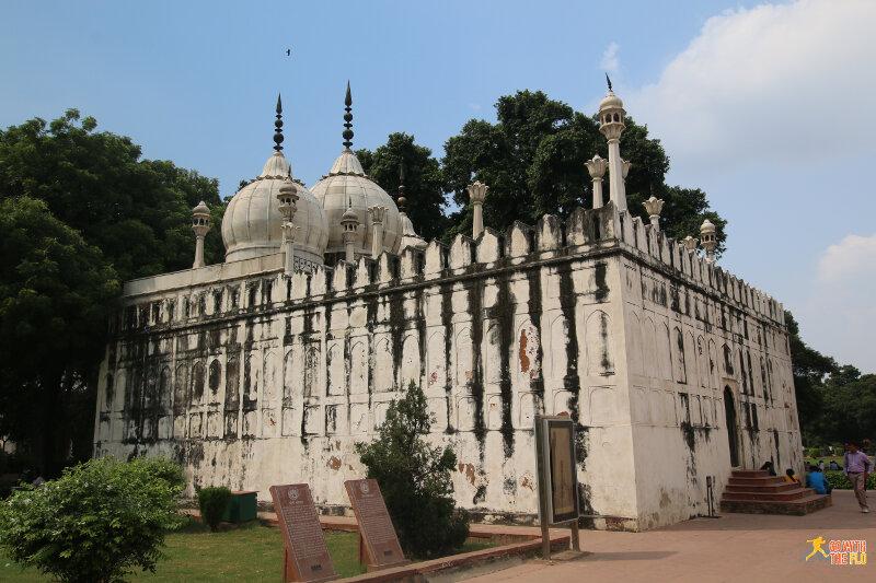 Moti Masjid (white marble mosque), built 1659-1660